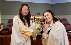 2019 새가족 교육 수료식 - 인도자 조영현 집사님 꽃다발 전달